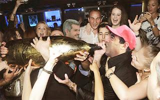 Cambiemos: fiesta. Lalo Ramos bebe con Marcos Peña