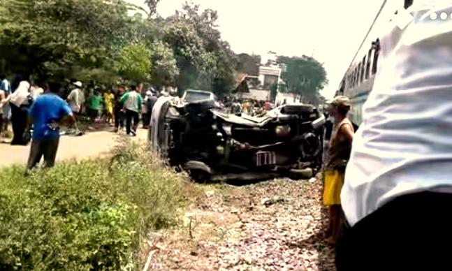 Dua penumpang meninggal dunia saat mobil APV nopol L 1751 FS dihantam kereta api di perlintasan tanpa palang pintu Jalan Adi Setia, Kelurahan Ardirejo, Kecamatan Kepanjen, Minggu (19/2/2017)