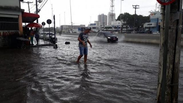 Ruas de Feira de Santana ficam alagadas após chuva nesta quinta-feira (29)