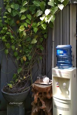 fasilitas air gratis di toko tiga