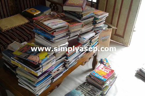 KOLEKSI : Nyaris semua koleksi buku kami ini sudah siap dipacking untuk selanjutnya diwaqafkan kepada yang memerlukan. Foto Asep Haryono