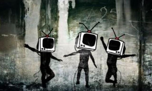 Γιατί «σφάζονται» στην ποδιά των ΜΜΕ, πατέρα;