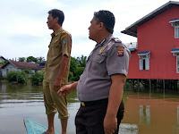 Waspada Banjir, Kapolsek Sekadau Hilir Bersama Pihak Desa Pantau Ketinggian Air