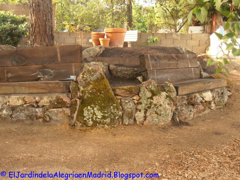 El jard n de la alegr a rocalla con bancos de piedra y - Jardines con madera y piedras ...
