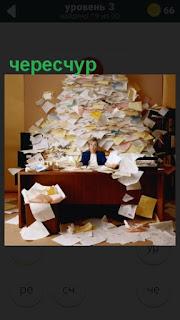 чересчур много бумаги на работе перед женщиной за столом