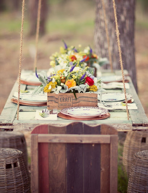 This outdoor table setting is rustic and farmhouse inspired.