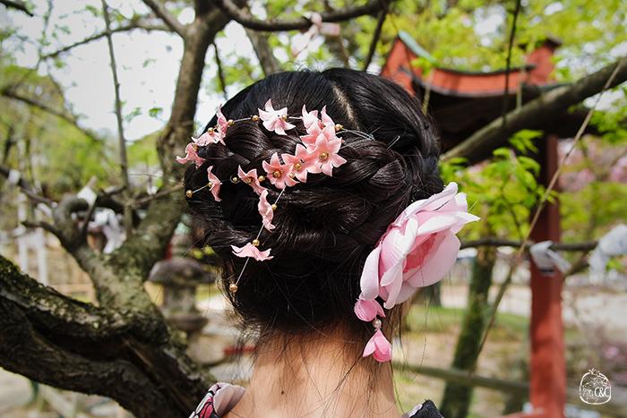 japonaise de dos, avec chignon tressé et fleurs roses