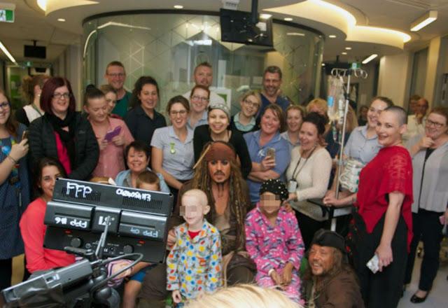 Johnny Depp visitó a jóvenes en hospital vestido como Jack Sparrow Johnny-Depp-1