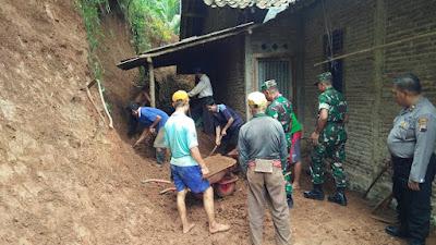 Usai Apel Pasukan, TNI-Polri Bantu Membersihkan Korban Longsor di Desa Somogede