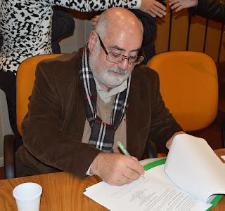 Pró-reitor acadêmico José Feres Miranda assina o contrato de ação pública pela FESO
