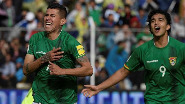 Juan Carlos Arce festeja con Marcelo Martins su gol en el partido de Bolivia vs. Argentina en la eliminatoria Conmebol Rusia 2018