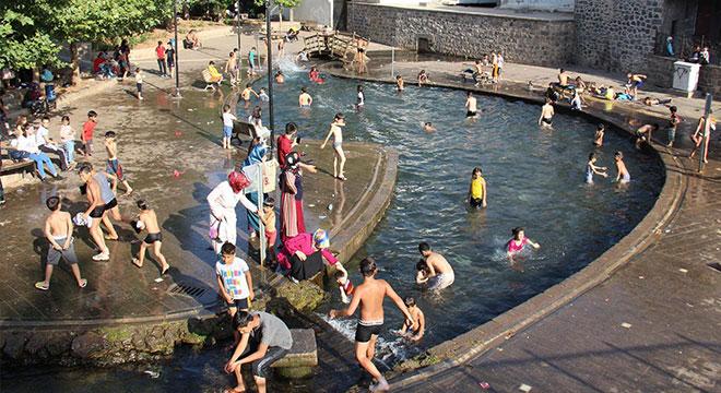 Diyarbakır'da sıcaktan bunalan çocuklar tarihi Anzele Suyunda serinliyor