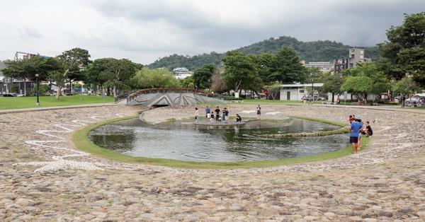 台中北屯新都生態公園有生態池和一大片陽光草坪,親子同遊好去處