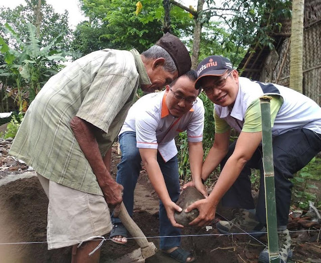 Peletakan batu pertama pembangunan rumah warga yang roboh terkena bencana alam
