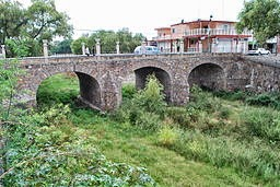 Stone bridge in Encarnacion de Diaz, Jalisco per AlejandroLinaresGarcia (Own work) [CC BY-SA 3.0 (http://creativecommons.org/licenses/by-sa/3.0)], via Wikimedia Commons