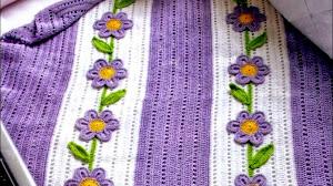 Manta con aplicaciones de flores al crochet