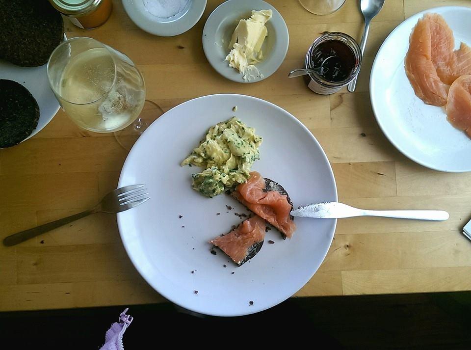 Frühstück auf dem BunBo mit Rührei, Lachs und Cremant, denn jeden Morgen ist Sonntag | Arthurs Tochter Kocht by Smutje Paul