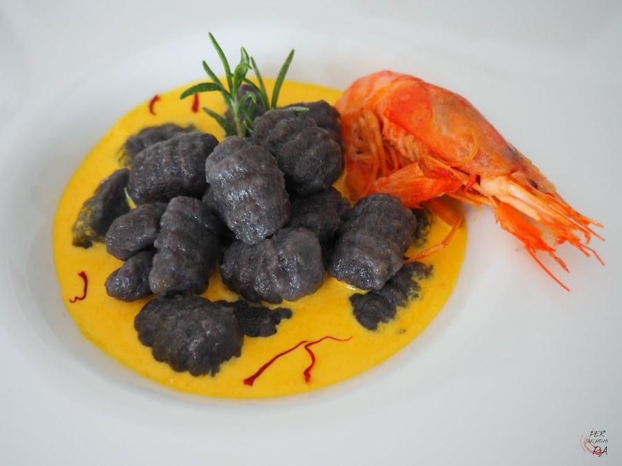 Gnocchi al nero di sepia y aroma marinero, con salsa de gambas y azafrán