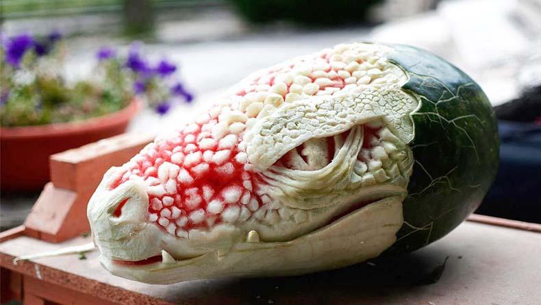 Escultor italiano talla una alucinante cabeza de dragón de una sandía