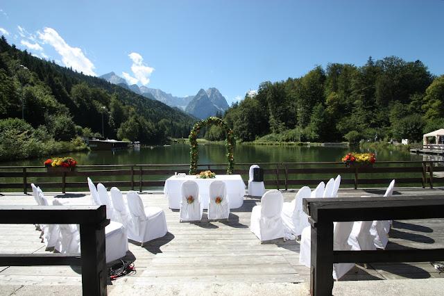 Freie Trauung am Wasser - Hochzeit mit Reisemotto in Orange, Pfirsich, Apricot - Niederlande meets Russland in Garmisch-Partenkirchen, Riessersee Hotel, Bayern - Travel themed wedding orange colour scheme