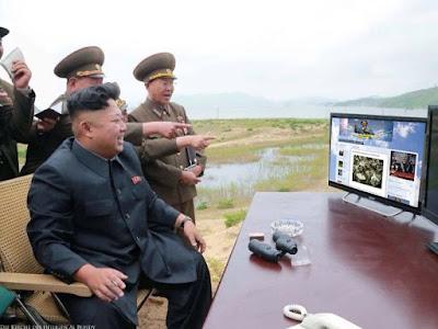 Kim Jong Un sieht sich lustige Bilder Blog im Internet an