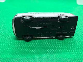 トヨタ ハイエース のおんぼろミニカーを底面から撮影