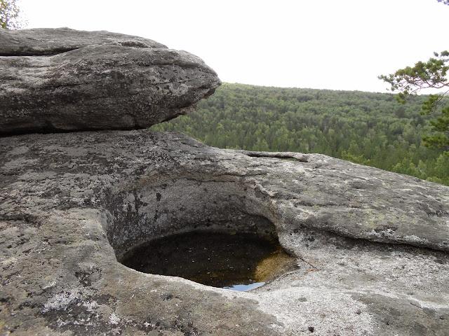 Каменная чаша аракульского шихана заполненная водой