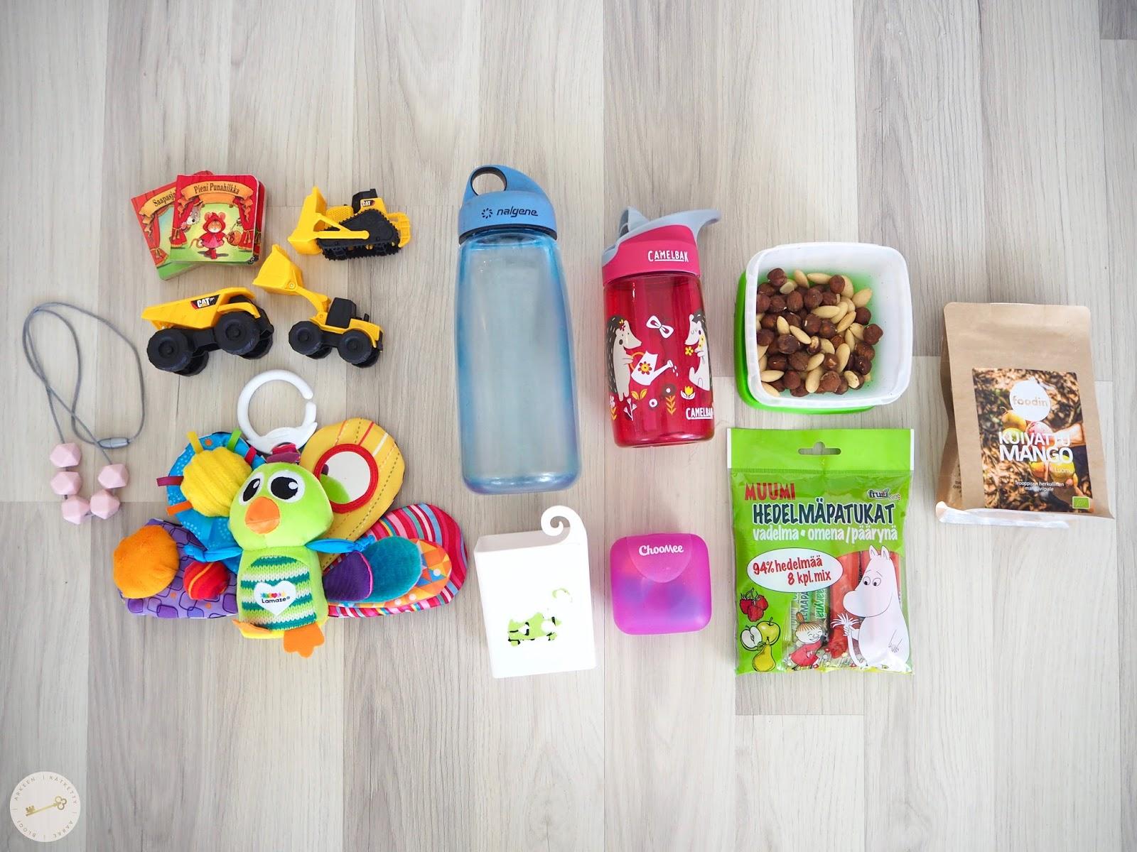 Viihdykettä lapsille, kuten leluja ja kirjoja, imetyskoru, välipaloja ja juomapullot