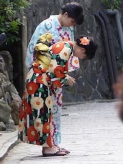 Muchachas saludando en el templo Kiyomizudera
