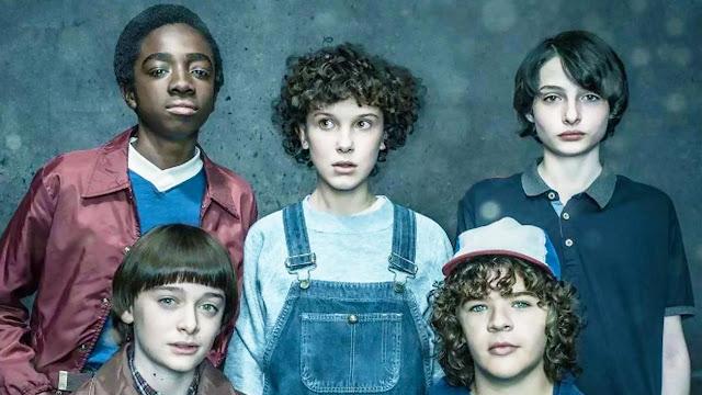 "Los protagonistas de la serie de Netflix Stranger Things, Lucas Sinclair, Will Byers, Once (Eleven), Michael ""Mike"" Wheeler y Dustin Henderson"
