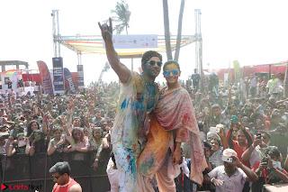 Alia Bhatt and Varun Dhawan Playing Holi at Zoom Holi Celetion 2017 (7).JPG