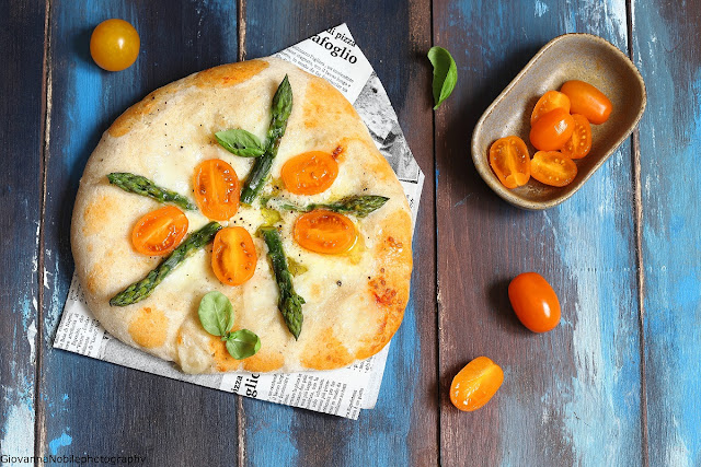 Pizza con fiordilatte, asparagi e pomodorini
