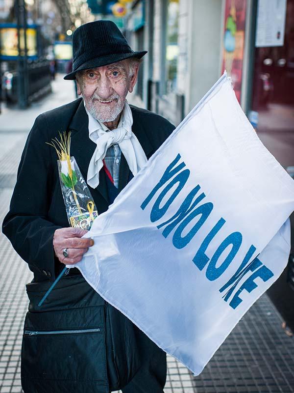 Un jubilado manifiesta en las calles en contra del gobierno de Macri