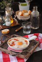 Huevos con mozzarella y salsa de tomate