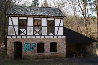 Eine zweistöckige Fachwerkhütte, die zum Schutz und Grillen dient
