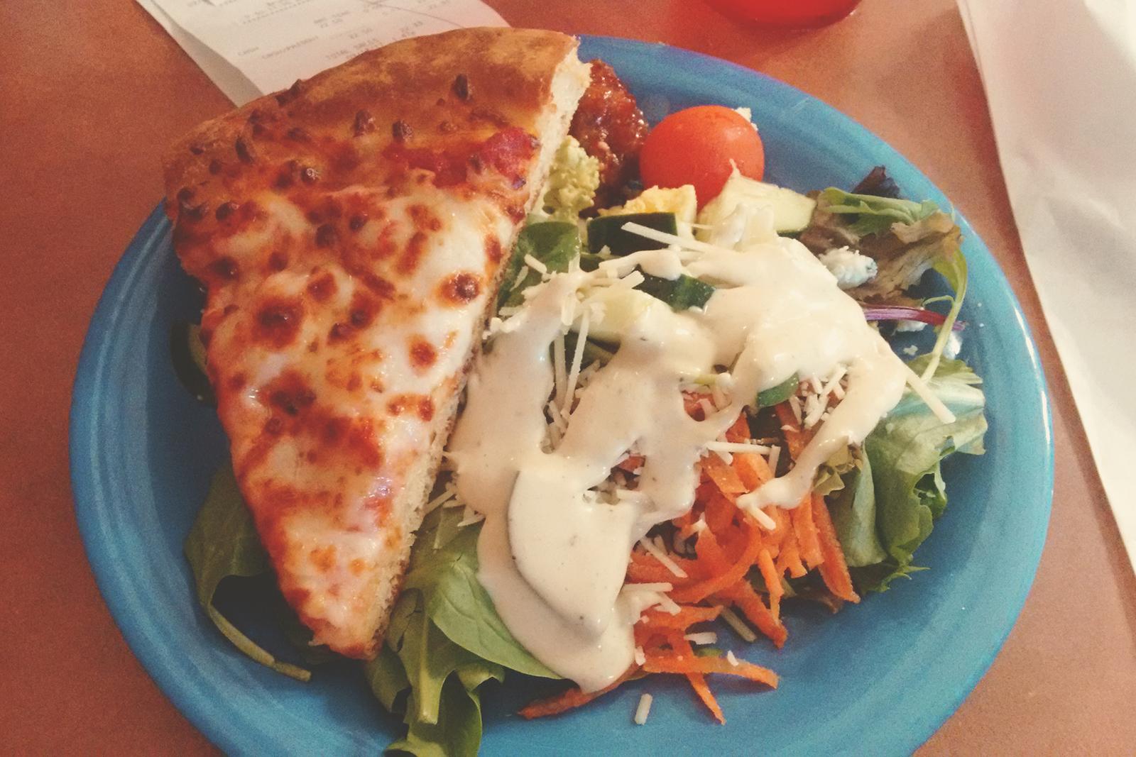 salada e pizza