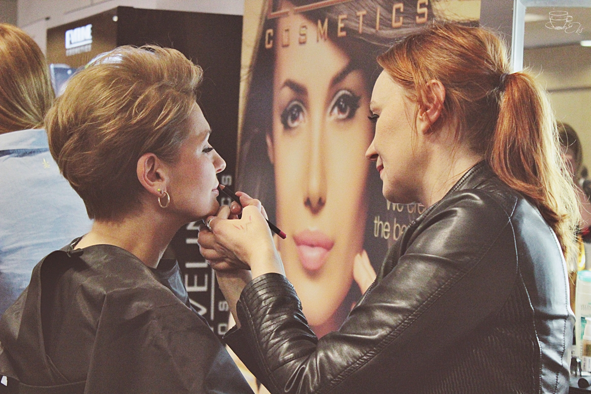 Wizażystka marki Eveline stanowisko marki i makijaż produktami Eveline