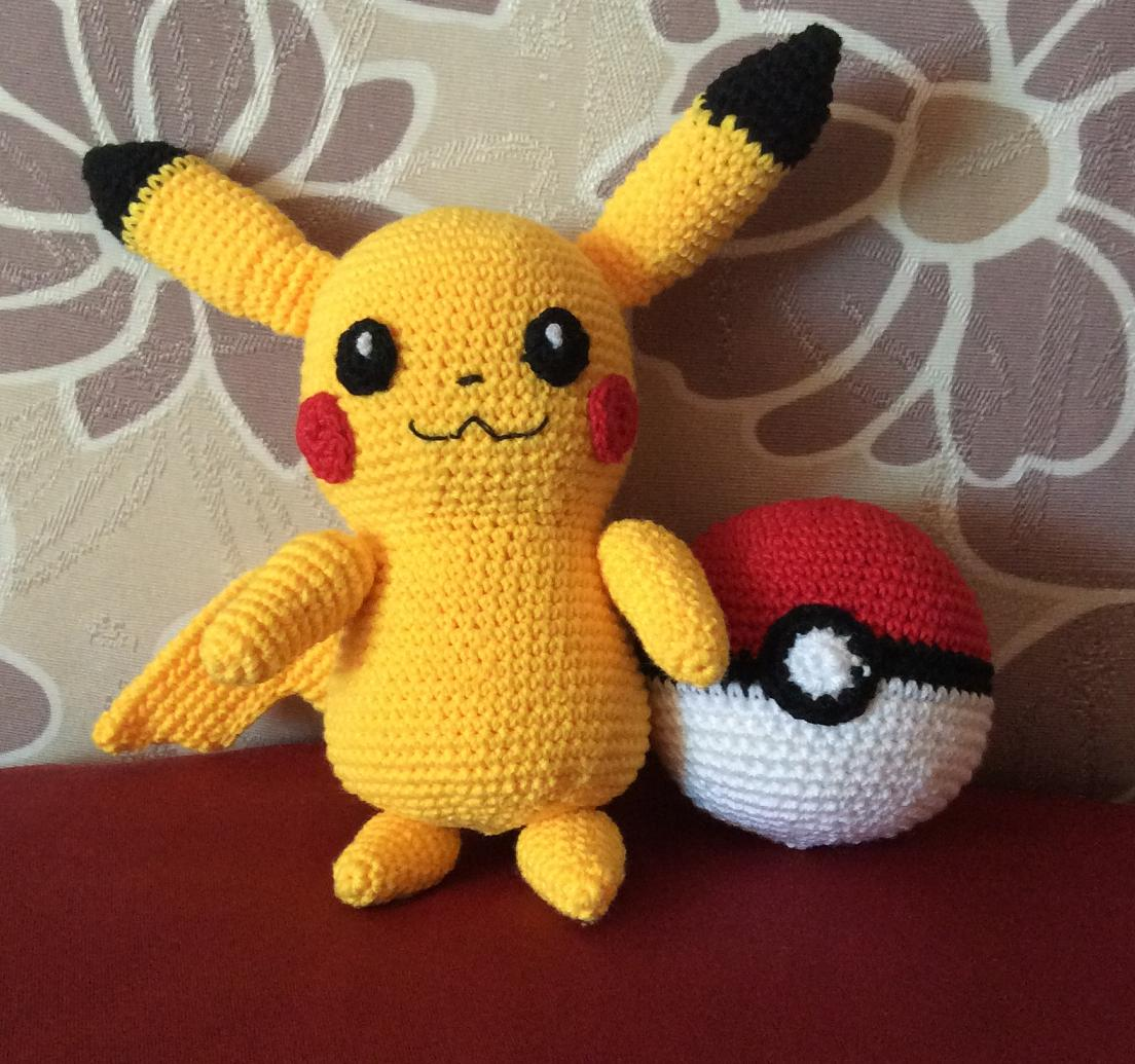 The Moody Homemaker: Crochet / Amigurumi Pikachu & Pokéball