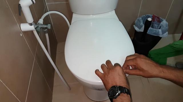 شاهد ماذا وجدوا داخل مرحاض احد المنازل شى لا يصدق!