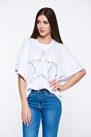 Tricou alb casual din bumbac elastic cu croi larg cu aplicatii cu perle •