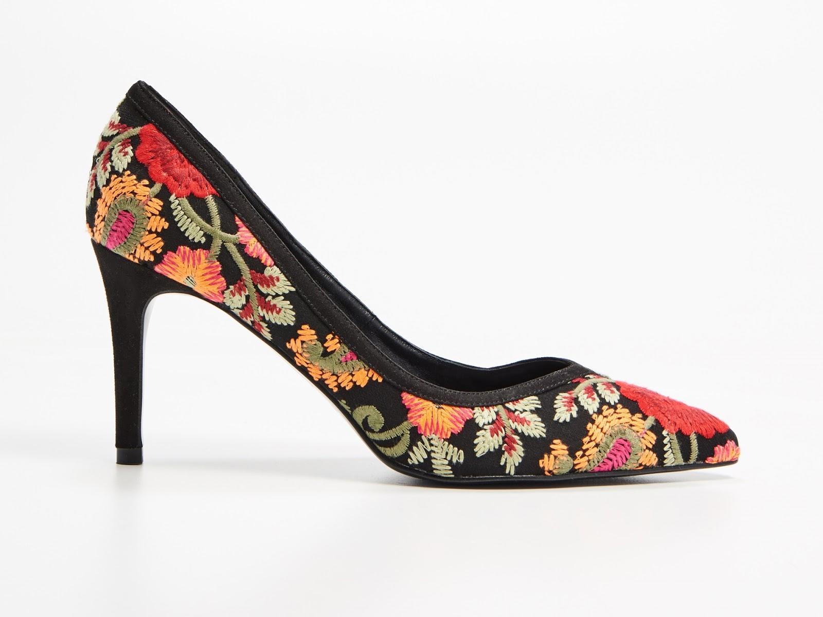 zapatos de tacón con bordado floral de MOHITO, marca polaca, moda polaca