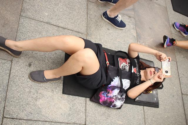 Deitada em um colchonete para tirar foto do Cristo Redentor.