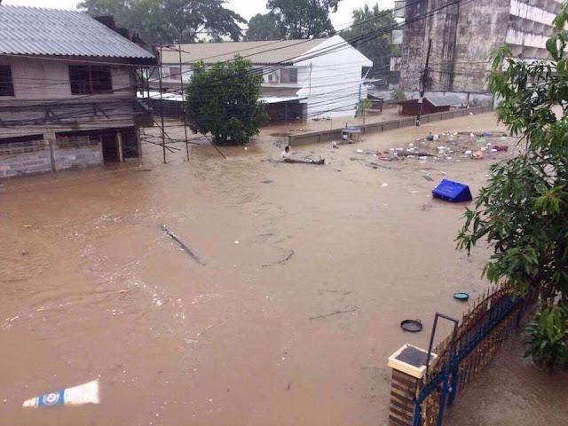 Высоко поднялась вода на улицах
