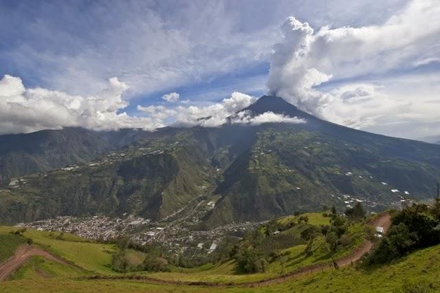 El volcán Tungurahua activo con 16.479 pies (5.023 metros) sobre Baños.