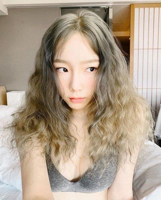Taeyeon düşünceli bir selfie ile günaydın dedi