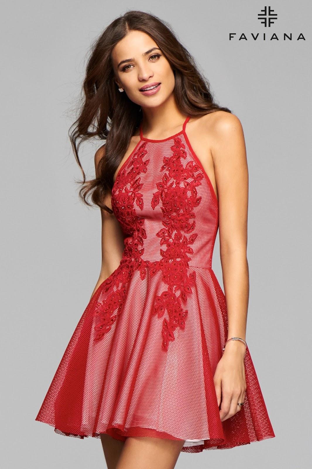 Vestido gris. Indudablemente este hermoso modelo de vestido corto de moda es el más podemos destacar. Es de un tono gris elegante y moderno, perfectamente complementado con un detalle brillante en la zona del lado izquierdo del vestido.