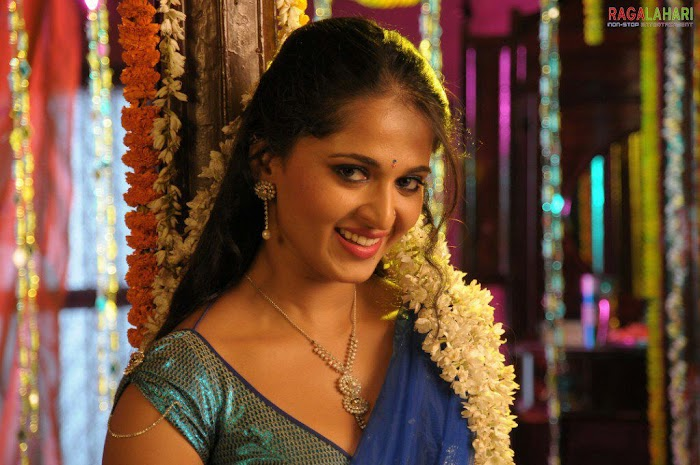 Anushka Loves Saree-100 Hot Looking Photos of Anushka Shetty in Saree