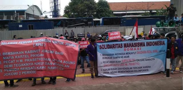 Geruduk Kejagung, Demonstran Minta Jokowi Pecat Anak Buah Surya Paloh