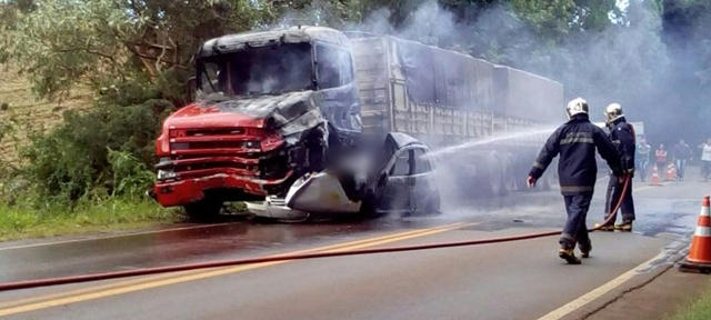 Manoel Ribas: Carro é destruído pelo fogo após colisão na PR-466