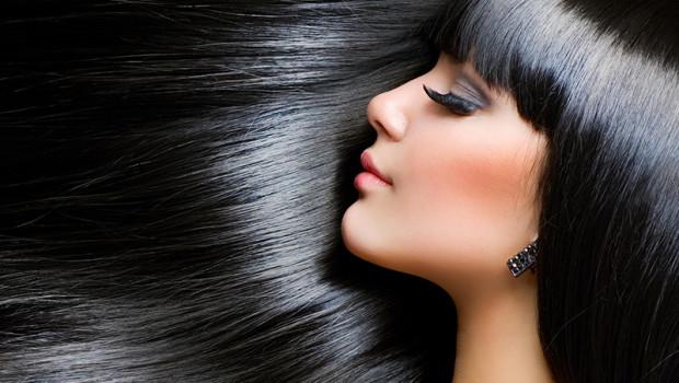 Banho de brilho em cabelo escuro